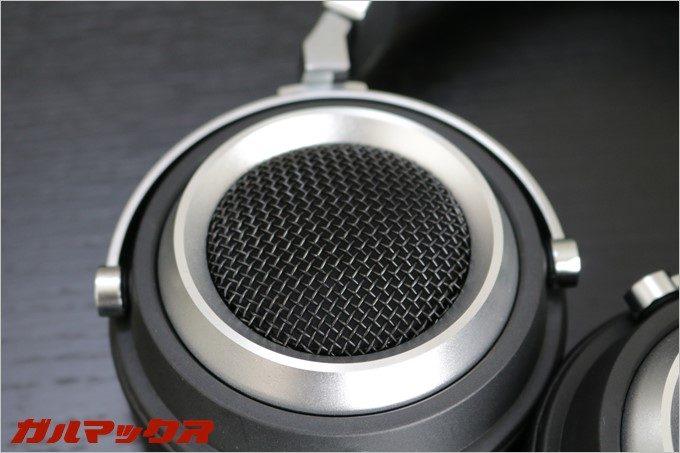 L85はセミオープン型なのでヘッドホンの背面がメッシュと鳴っており音が抜ける形状となってます。
