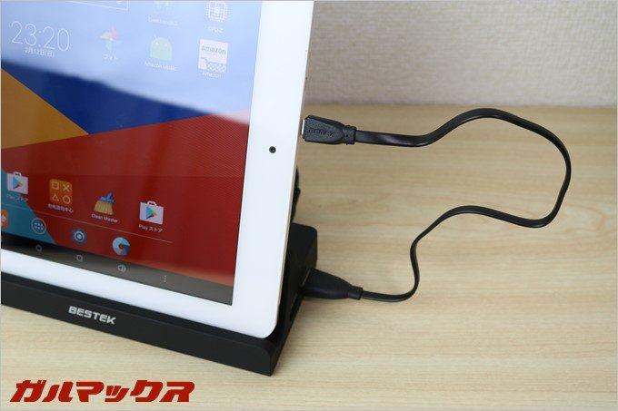 タブレットをスタンドに立てかけた状態で充電も可能です。