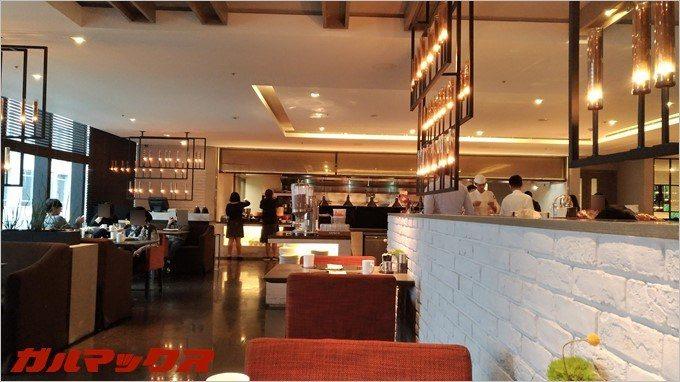 """ハンブルハウス台北のレストラン""""LA FARFALLA""""では広々としたテーブルで食事が可能です。"""