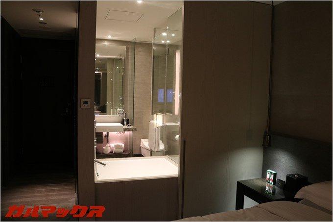 ハンブルハウス台北の浴槽はベッドルーム側からガラス張りで中が見えます。