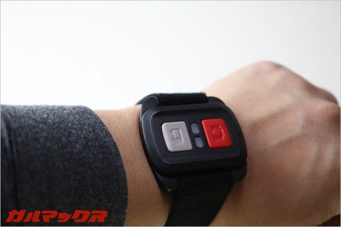 付属のリモコンはバンドを利用する事で腕時計の様に装着が可能です。