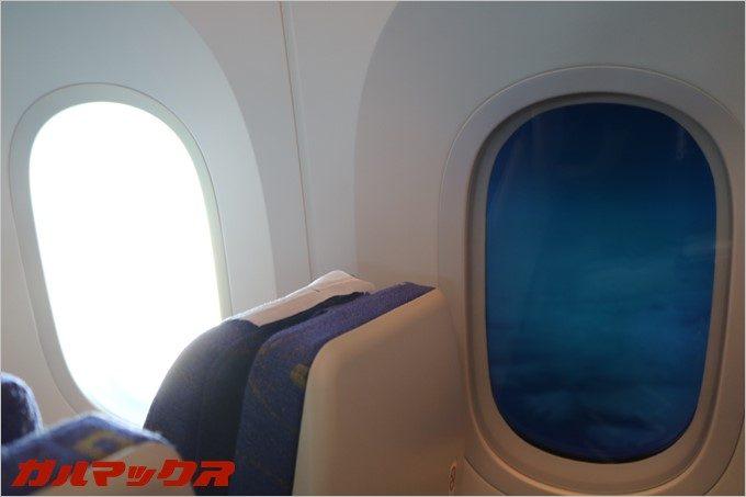 スクートの機体はボタン操作でガラスが黒くなります。光の反射を抑えてPC操作も快適!