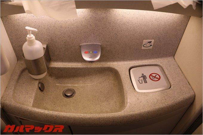 機内のトイレは清潔感が有るので女性の方も嬉しいんじゃないかな。
