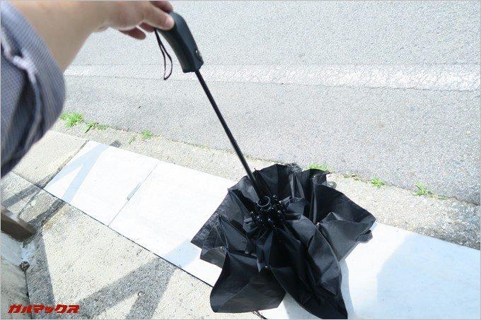 地面に傘の先端をつけて。。。。