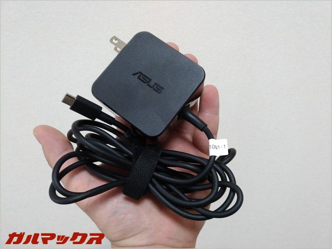 ZenBook 3に付属している充電器はコンパクト