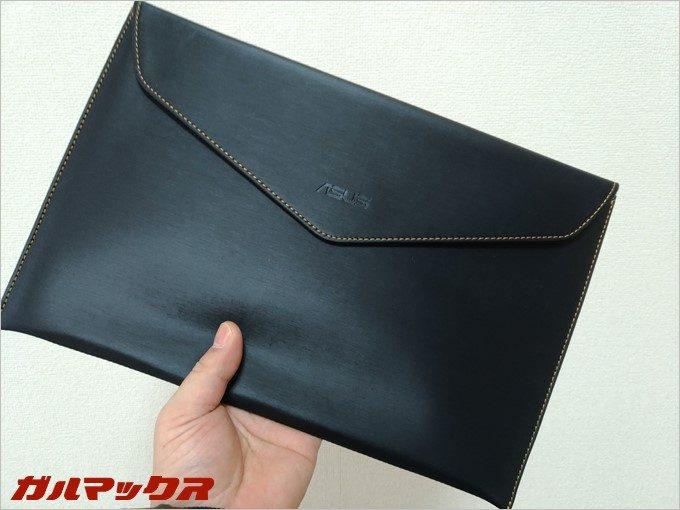 ZenBook 3には専用の保護スリーブが同梱されている。
