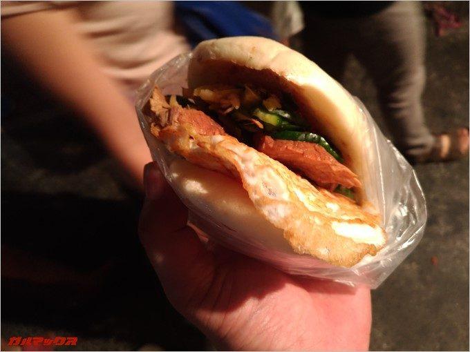 台湾版ハンバーガーはボリュームたっぷり。
