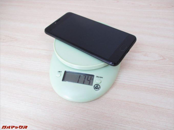 本体の重量は約174g。