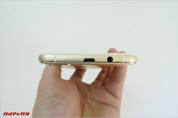 EveryPhone MEは本体上部にイヤホン端子と充電端子が備わっています。