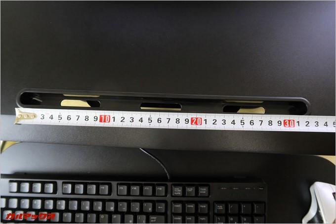 約32cmのタブレットスタンドがデスクに備わっている