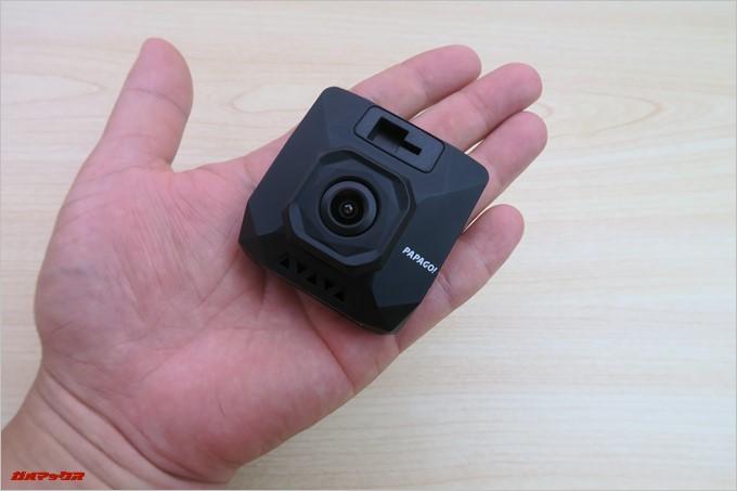 手のひらに収まるサイズのGoSafe D11。重量はたったの45g
