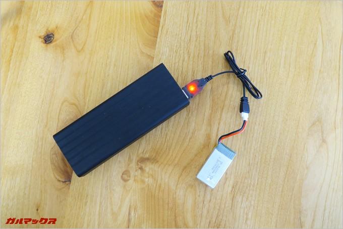 付属のバッテリーはモバイルバッテリーから充電可能