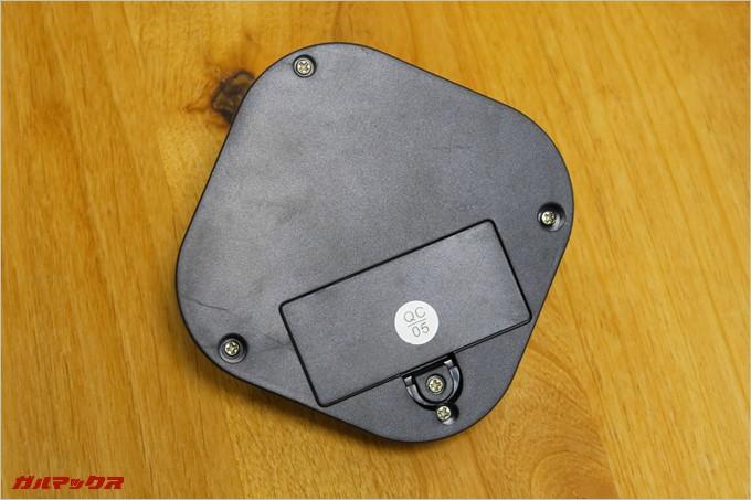 コントローラーの電池蓋は+ネジで止まっているので開閉にドライバーが必要だ