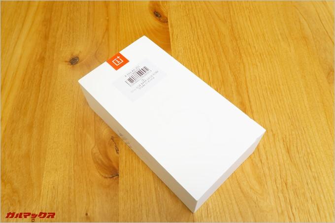 真っ白なOnePlus 5の外箱