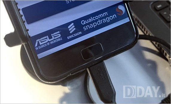 指紋認証ユニットはホームボタンと一体型でナビゲーションキーは静電タッチ式の光るタイプ?